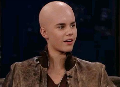JUSTIN BIEBER CARECA – Justin Bieber cortou o seu cabelo com máquina zero e