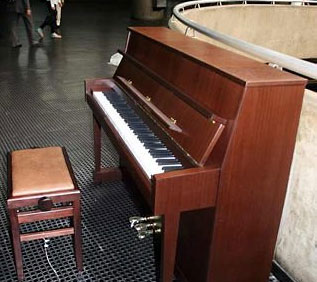 TOCAR PIANO NO METRÔ